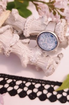Bague artisanale inox - cabochon fleurs bleu clair