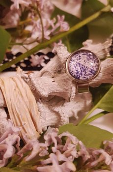 Bague artisanale inox - cabochon fleurs et arabesques violet et blanc