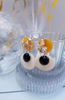 Boucles d'oreilles inox fait main - Clou jaune résine et sequins blanc et noir. Calino Crea