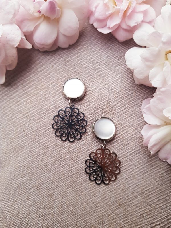 Boucles d'oreilles inox fait main - Clou cabochon blanc et rosace argentée. Calino Crea