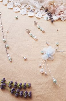 Parure inox mariage fait main - Arabesque et perles blanches et doré clair. Calino Crea