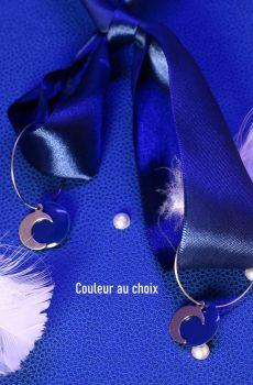 Boucles d'oreilles inox fait main - Créole lune argentée et sequin bleu. Calino crea