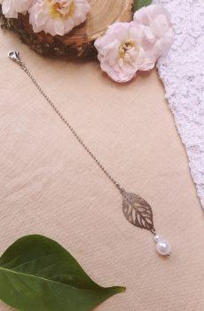 Bijou de dos inox mariage fait main - Feuilles et perles blanches. Calino Crea