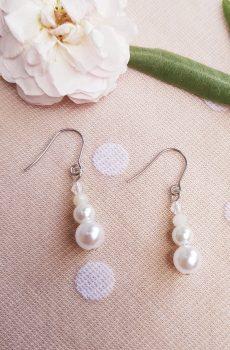 Boucles d'oreilles mariage fait main - Trio de perles blanches. Calino Crea