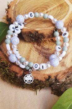 Bracelet d'allaitement fait main personnalisable, perles blanches, grises et vertes et trèfle. Calino Crea
