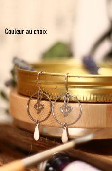 Boucles d'oreilles inox personnalisables fait main - Cercle et clef de sol argentés et sequin émaillé goutte. Calino Crea
