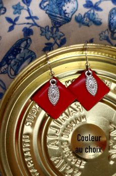 Boucles d'oreilles inox personnalisables ait main - sequin argenté et carré rouge. Calino crea