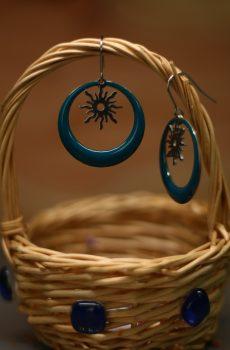 Boucles d'oreilles inox fait main - Créole émaillée bleue et soleil argenté. Calino Crea
