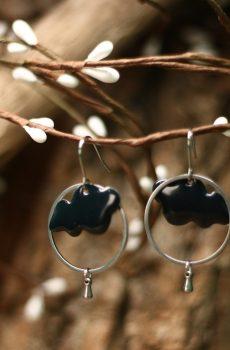 Boucles d'oreilles inox fait main - Cercle et sequin émaillé nuage marine. Calino Crea