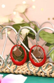 Boucles d'oreilles inox fait main - Créole émaillée rouge et feuille de ginkgo argentée. Calino Crea