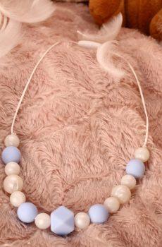 Collier d'allaitement et de portage fait main - perles rondes et hexagonale bleues et blanches nacrées. Calino Crea