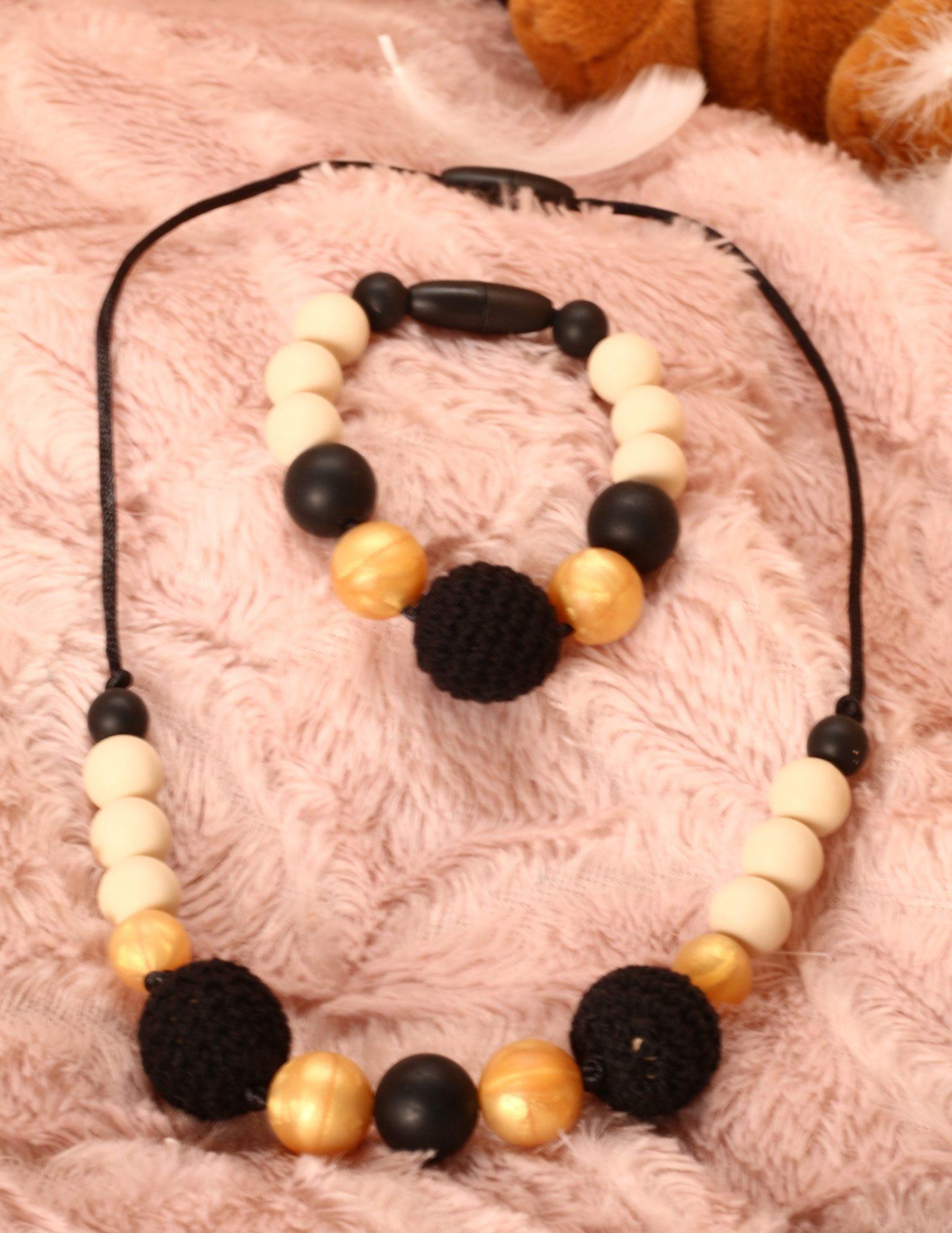 Collier et bracelet de portage et d'allaitement silicone fait main - beige, doré et crochet noir. Calino Crea