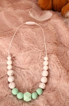 Collier d'allaitement et de portage fait main - perles rondes et hexagonale menthe et blanches marbré. Calino Crea
