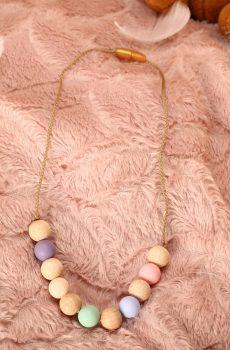 Collier d'allaitement et de portage fait main - perles en bois et silicone naturel et pastel. Calino Crea