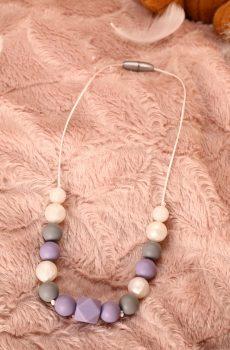Collier d'allaitement et de portage fait main - perles rondes et hexagonales mauves, grises et blanches nacrées. Calino Crea