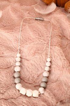 Collier d'allaitement et de portage fait main - hexagones et perles silicone blanches et grises. Calino Crea