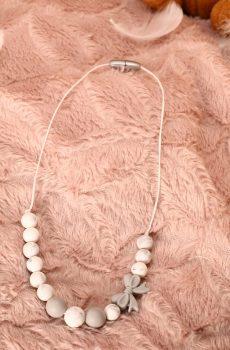 Collier d'allaitement et de portage - Nœud et perles silicone blanches et grises