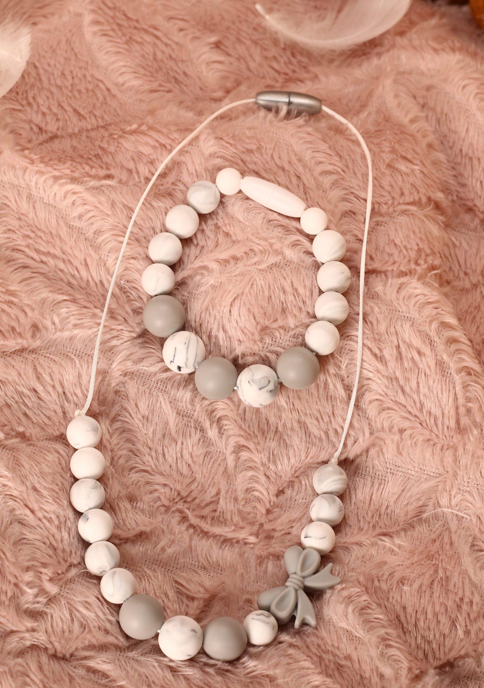 Collier et bracelet de portage et d'allaitement silicone fait main - Nœud et perles blanches et grises. Calino Crea