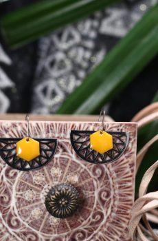 Boucles d'oreilles inox fait main - Eventail argenté et sequin émaillé hexagone moutarde. Calino Crea