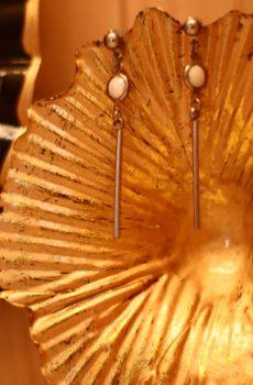 Boucles d'oreilles inox fait main - Sequin émaillé blanc et barre argentée. Calino crea