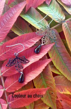 Boucles d'oreilles artisanales inox personnalisables - Feuille argentée et sequin émaillé goutte. Calino Crea